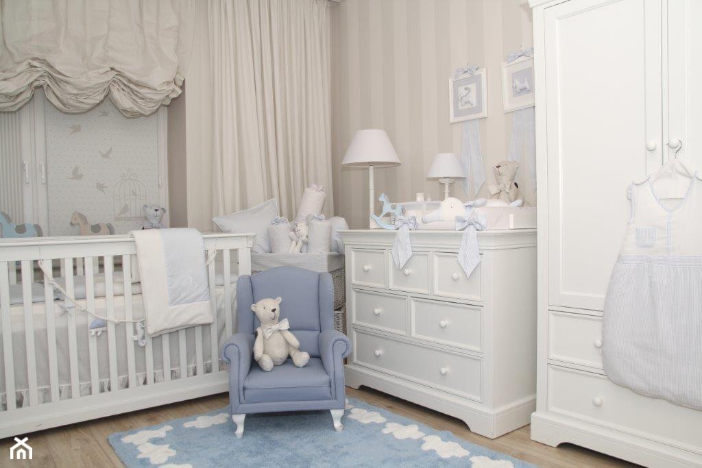 niebieski fotel, biały miś, biała komoda, biała szafa w pokoju dziecięcym, tapeta w biało - szare pasy