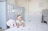 biały dywan w szare kropki, biała skrzynia z plecionki, pluszak - słonik