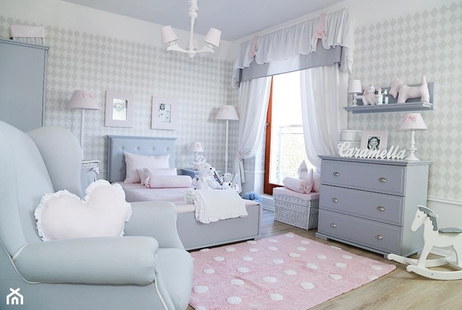 redni szary pok j dziecka dla dziewczynki dla malucha styl glamour zdj cie od caramella. Black Bedroom Furniture Sets. Home Design Ideas
