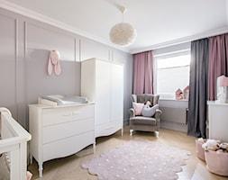Glamour w nowoczesnym wydaniu - Średni szary pokój dziecka dla dziewczynki dla niemowlaka, styl klasyczny - zdjęcie od studiokreatura