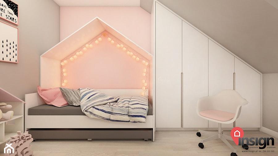 Cz_01 pokój młodszej siostry - Mały szary różowy pokój dziecka dla dziewczynki dla malucha, styl nowoczesny - zdjęcie od InSign Aranżacje i projekty wnętrz