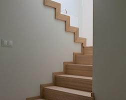 Dom pod Krakowem - Średnie wąskie schody dwubiegowe drewniane betonowe, styl nowoczesny - zdjęcie od Tylko Wnętrze Pracownia Projektowa