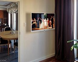 TV - Mały średni biały salon - zdjęcie od Loewe