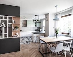 Mieszkanie z pastelowymi akcentami - Średnia otwarta biała jadalnia w salonie, styl skandynawski - zdjęcie od Formea Studio