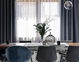Szczypta klasyki - Średnia zamknięta czarna jadalnia jako osobne pomieszczenie, styl nowoczesny - zdjęcie od Formea Studio