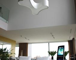 4. Rezydencja w południowej Polsce - 2013 - Mały biały żółty salon, styl nowoczesny - zdjęcie od Art Cinema