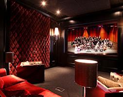 13. Sala kinowa w Warszawie - Duży czarny brązowy salon, styl glamour - zdjęcie od Art Cinema