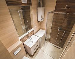 Łazienka Bielsko-Biała - Mała beżowa brązowa łazienka na poddaszu w bloku w domu jednorodzinnym bez okna, styl tradycyjny - zdjęcie od EVOFINISH Mateusz Grobel