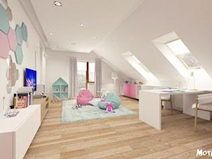 PO PROSTU UROCZO! - Duży biały pastelowy miętowy różowy kolorowy pokój dziecka dla dziewczynki dla malucha, styl skandynawski - zdjęcie od MOTIF