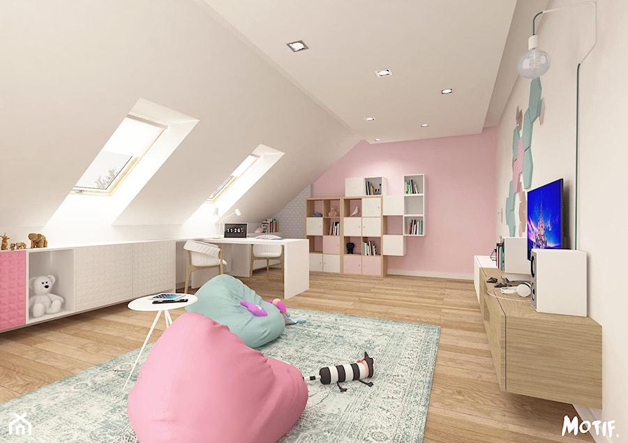 Duży beżowy pastelowy różowy pokój dziecka dla dziewczynki dla malucha, styl skandynawski - zdjęcie od MOTIF
