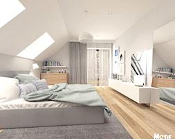 SYPIALNIA 01 - Duża biała sypialnia małżeńska na poddaszu, styl skandynawski - zdjęcie od MOTIF