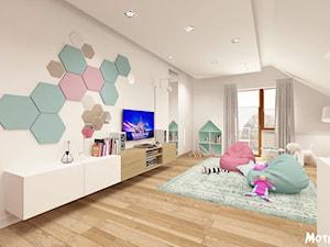 Duży biały pastelowy miętowy różowy pokój dziecka dla dziewczynki dla malucha, styl skandynawski - zdjęcie od MOTIF