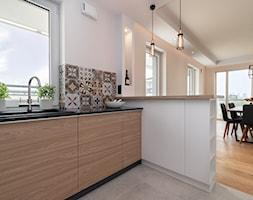 Męska kuchnia - Średnia otwarta biała kuchnia w kształcie litery l w aneksie z oknem, styl nowoczesny - zdjęcie od Bopracownia wnętrz
