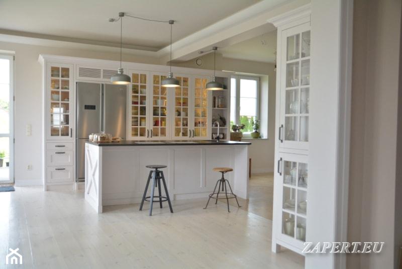 Kuchnia Z Wyspą Otwarta Na Salon Styl Klasyczny Zdjęcie