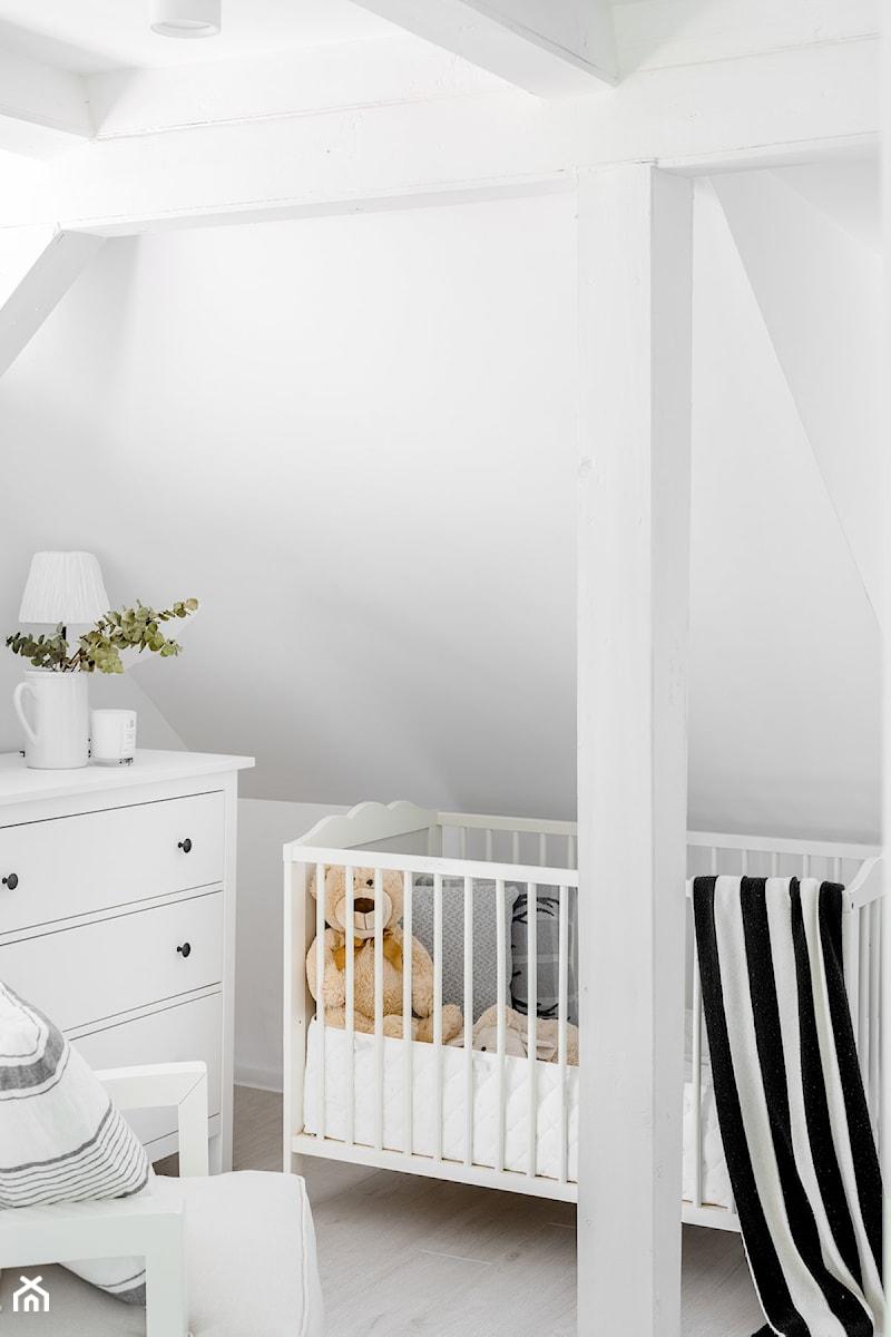 Domek na wsi - Mały biały pokój dziecka dla chłopca dla dziewczynki dla niemowlaka, styl skandynawski - zdjęcie od Bogaczewicz Architecture Studio