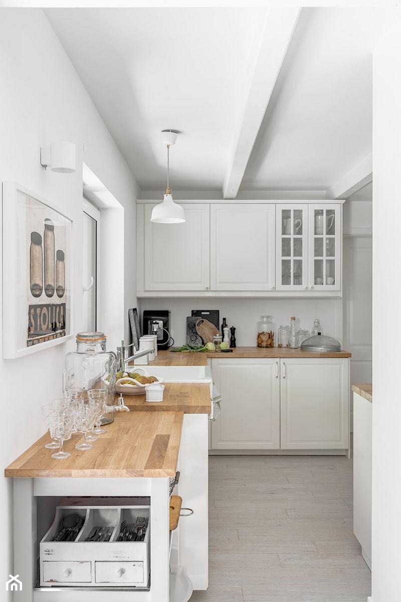 Domek na wsi - Średnia otwarta biała kuchnia w kształcie litery l z oknem, styl skandynawski - zdjęcie od Bogaczewicz Architecture Studio