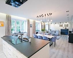 mieszkanie w Śródmieściu Warszawy - Średnia otwarta biała kuchnia dwurzędowa w aneksie z wyspą z oknem, styl nowojorski - zdjęcie od Bogaczewicz Architecture Studio