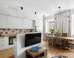 ALEJE UJAZDOWSKIE - Średnia otwarta biała jadalnia w kuchni w salonie, styl eklektyczny - zdjęcie od Bogaczewicz Architecture Studio