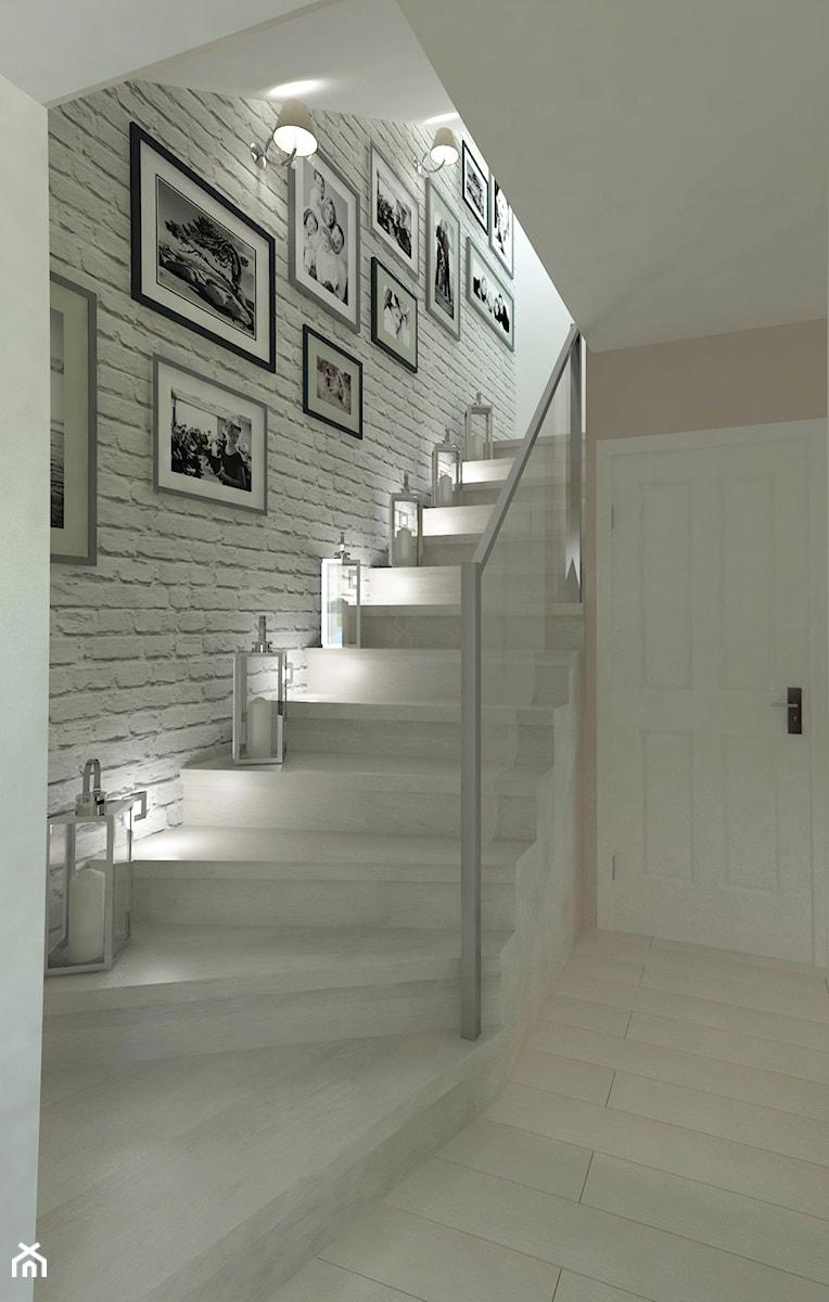 Odrobina klasyki w poniemieckim domu - Małe wąskie schody wachlarzowe drewniane, styl klasyczny - zdjęcie od Pracownia WAŻKA