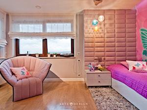 Piętro domu jednorodzinnego - Średni beżowy pokój dziecka dla dziewczynki dla malucha, styl nowoczesny - zdjęcie od Arte Dizain