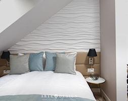 Sopocki pensjonat - Mała biała sypialnia małżeńska na poddaszu - zdjęcie od Arte Dizain