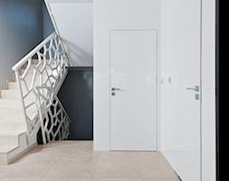 Salon z kuchnią - Średnie wąskie schody trójbiegowe drewniane betonowe, styl nowoczesny - zdjęcie od Arte Dizain