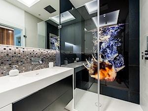 Mieszkanie Nowe Orłowo - Mała biała czarna łazienka na poddaszu w bloku w domu jednorodzinnym bez okna, styl nowoczesny - zdjęcie od Arte Dizain