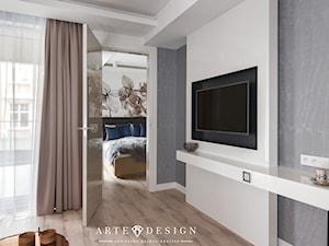 Sopocki pensjonat - Mała kolorowa sypialnia małżeńska - zdjęcie od Arte Dizain