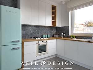 Dom na Oksywiu - Średnia otwarta biała czarna kuchnia w kształcie litery l z oknem - zdjęcie od Arte Dizain