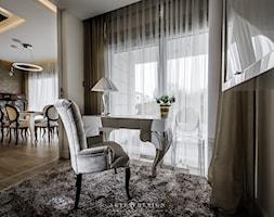 Elegancki apartament w Gdyni - Małe beżowe białe biuro kącik do pracy w pokoju, styl glamour - zdjęcie od Arte Dizain