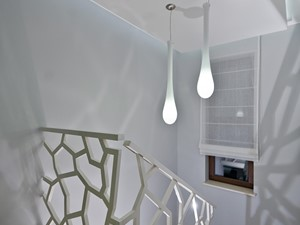 Piętro domu jednorodzinnego - Średnie wąskie schody dwubiegowe kamienne, styl nowoczesny - zdjęcie od Arte Dizain
