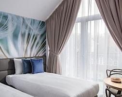 Sopocki pensjonat - Średnia kolorowa sypialnia dla gości na poddaszu z balkonem / tarasem - zdjęcie od Arte Dizain