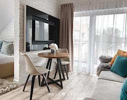 Sopocki pensjonat - Mały biały beżowy salon z tarasem / balkonem - zdjęcie od Arte Dizain