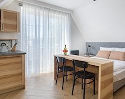 Pensjonat w Jastarni - Średnia biała szara sypialnia małżeńska na poddaszu - zdjęcie od Arte Dizain