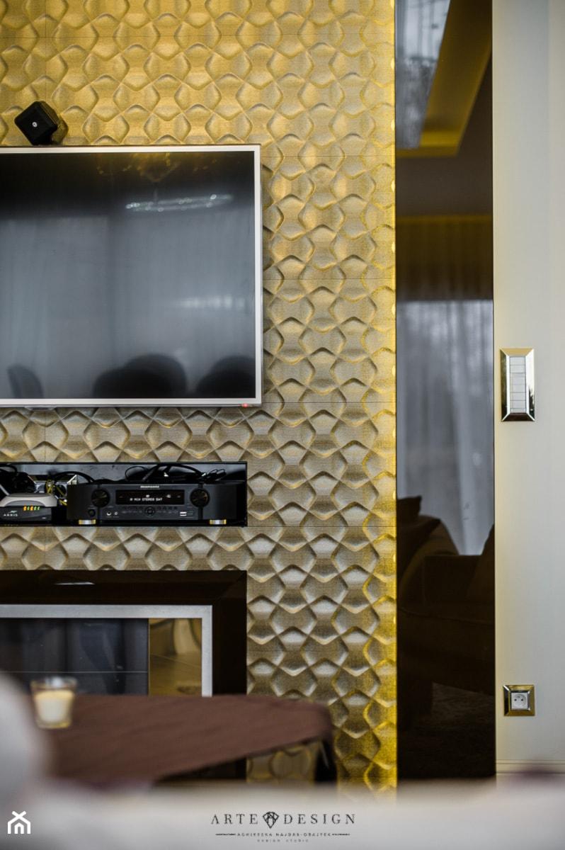 Elegancki apartament w Gdyni - Mały szary czarny żółty salon, styl glamour - zdjęcie od Arte Dizain