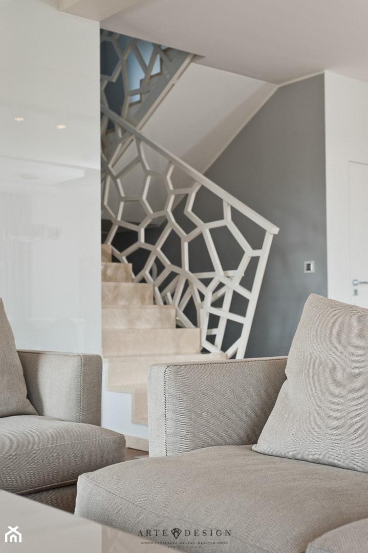 Salon z kuchnią - Średnie wąskie schody dwubiegowe kamienne, styl nowoczesny - zdjęcie od Arte Dizain