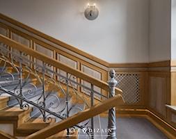 Regionalna Dyrekcja Lasów Państwowych w Gdańsku - Duże szerokie schody dwubiegowe metalowe betonowe, styl klasyczny - zdjęcie od Arte Dizain