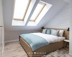 Sopocki pensjonat - Średnia beżowa biała sypialnia małżeńska na poddaszu - zdjęcie od Arte Dizain