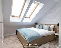 Sopocki pensjonat - Mała beżowa biała sypialnia małżeńska na poddaszu - zdjęcie od Arte Dizain