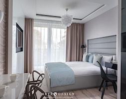 Sopocki pensjonat - Mała beżowa biała sypialnia małżeńska z balkonem / tarasem - zdjęcie od Arte Dizain