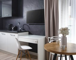 Sopocki pensjonat - Mały czarny salon z kuchnią z jadalnią z tarasem / balkonem - zdjęcie od Arte Dizain