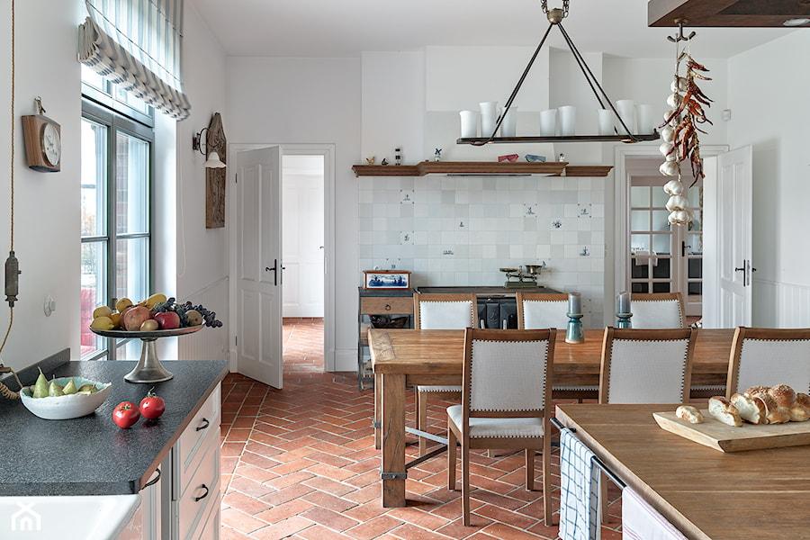 kuchnia z ceglaną podłogą - zdjęcie od INNA Projekt