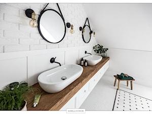 sesja fotograficzna domu pod Warszawą - Duża biała łazienka na poddaszu jako salon kąpielowy, styl eklektyczny - zdjęcie od BARBELLA INTERIORS ( dawniej 5tud10 architektoniczne)
