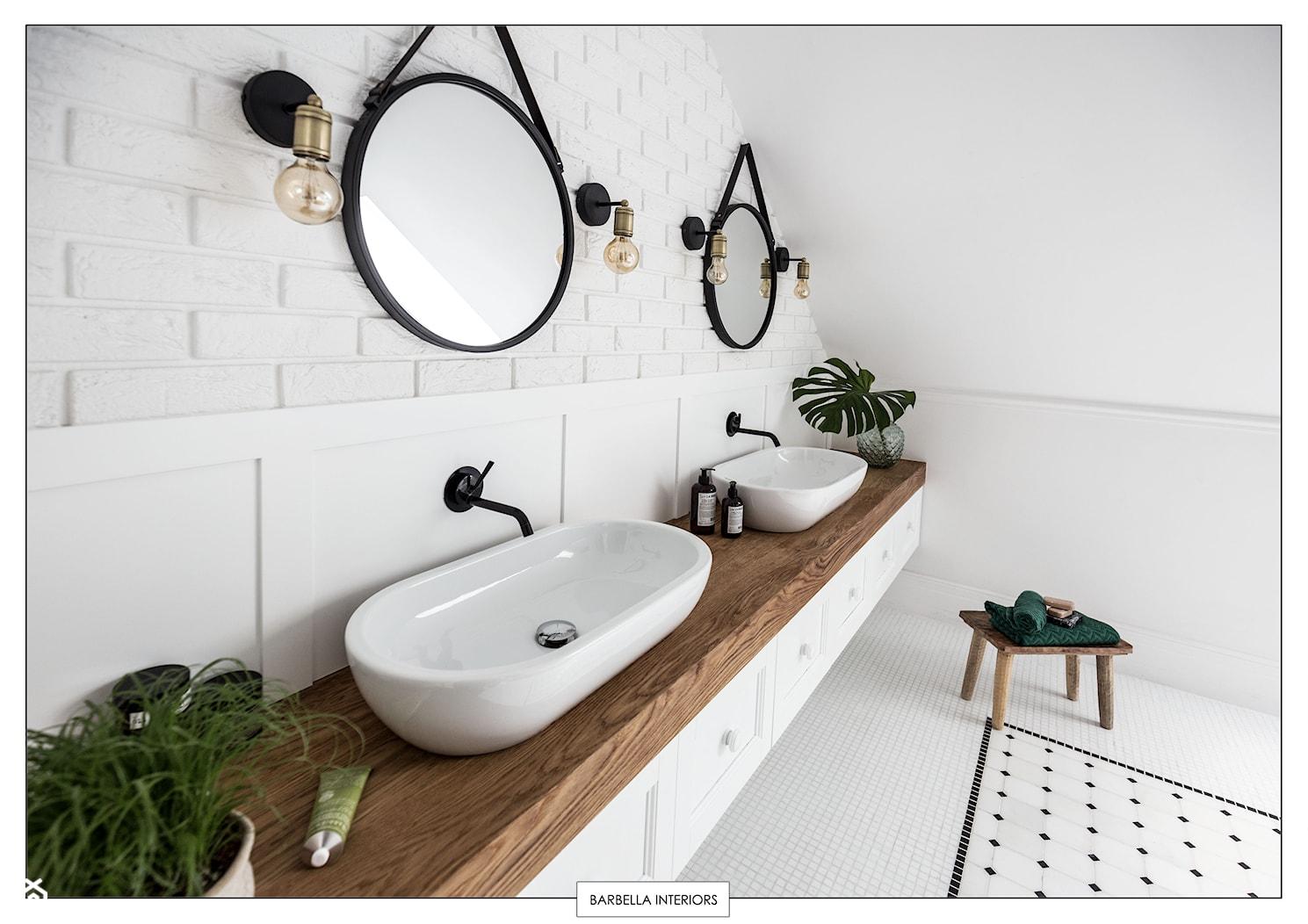 sesja fotograficzna domu pod Warszawą - Duża biała łazienka na poddaszu jako salon kąpielowy, styl eklektyczny - zdjęcie od BARBELLA INTERIORS ( dawniej 5tud10 architektoniczne) - Homebook