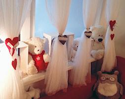Wystrój okna w pokoju dziecięcym - Biały pokój dziecka dla chłopca dla dziewczynki dla rodzeństwa dla niemowlaka dla malucha dla nastolatka, styl eklektyczny - zdjęcie od Mamusia Muminka