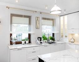 Aranżacja Okien W Salonie Z Aneksem Kuchennym Mały Biały Salon Z