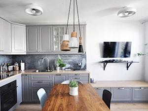 Before/After - Średnia zamknięta biała kuchnia w kształcie litery l z oknem, styl skandynawski - zdjęcie od Design Your Home with me