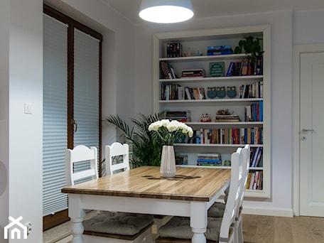 Aranżacje wnętrz - Jadalnia: Angielski Anin - Średnia otwarta biała jadalnia w salonie, styl tradycyjny - EG projekt. Przeglądaj, dodawaj i zapisuj najlepsze zdjęcia, pomysły i inspiracje designerskie. W bazie mamy już prawie milion fotografii!