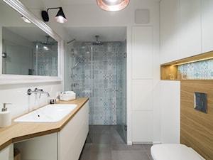 Saska Kępa na Gocławiu - Średnia biała niebieska turkusowa łazienka, styl skandynawski - zdjęcie od EG projekt