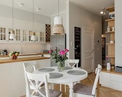 Skandynawski Żoliborz - Mała otwarta szara jadalnia w kuchni, styl skandynawski - zdjęcie od EG projekt